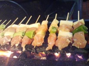 Yakitori de poulet au poireau et sauce yuzu
