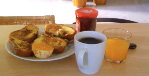 Petit-déjeuner : pain perdu, orange, confiture, jus d'orange, café noir
