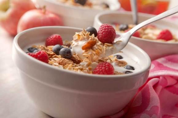 Petit-dejeuner à base de fruits, céréales et fromage blanc