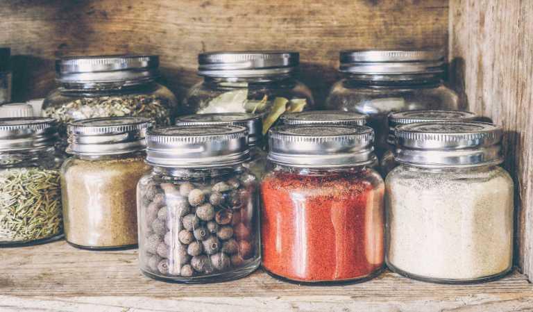 Manger une nourriture épicée freine l'envie de consommer du sel