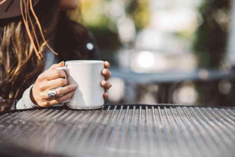 Boire du thé trop chaud est lié à un risque accru de cancer de l'œsophage chez les fumeurs et buveurs d'alcool