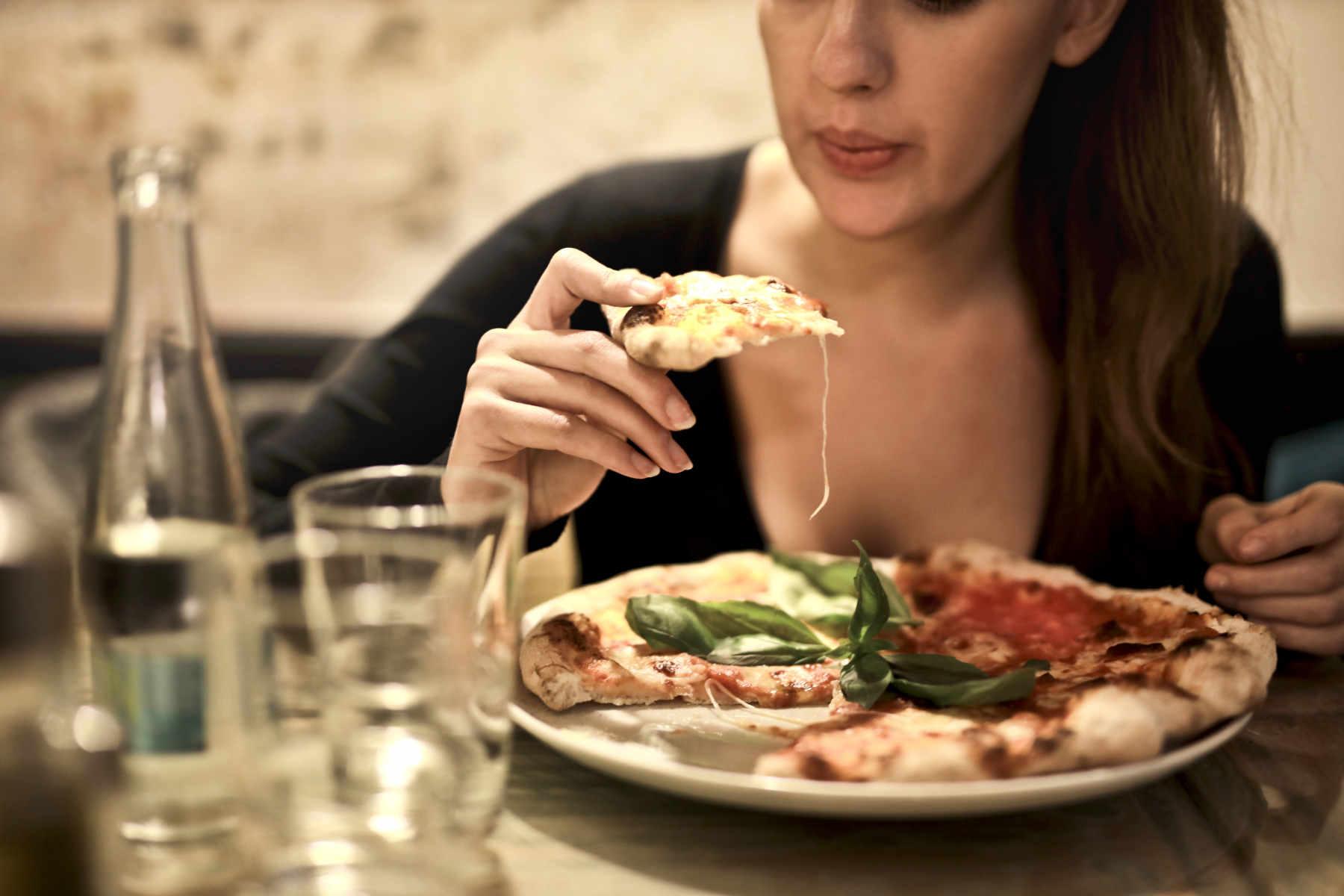Un régime pauvre en glucides ou en graisses a des effets identiques pour perdre du poids