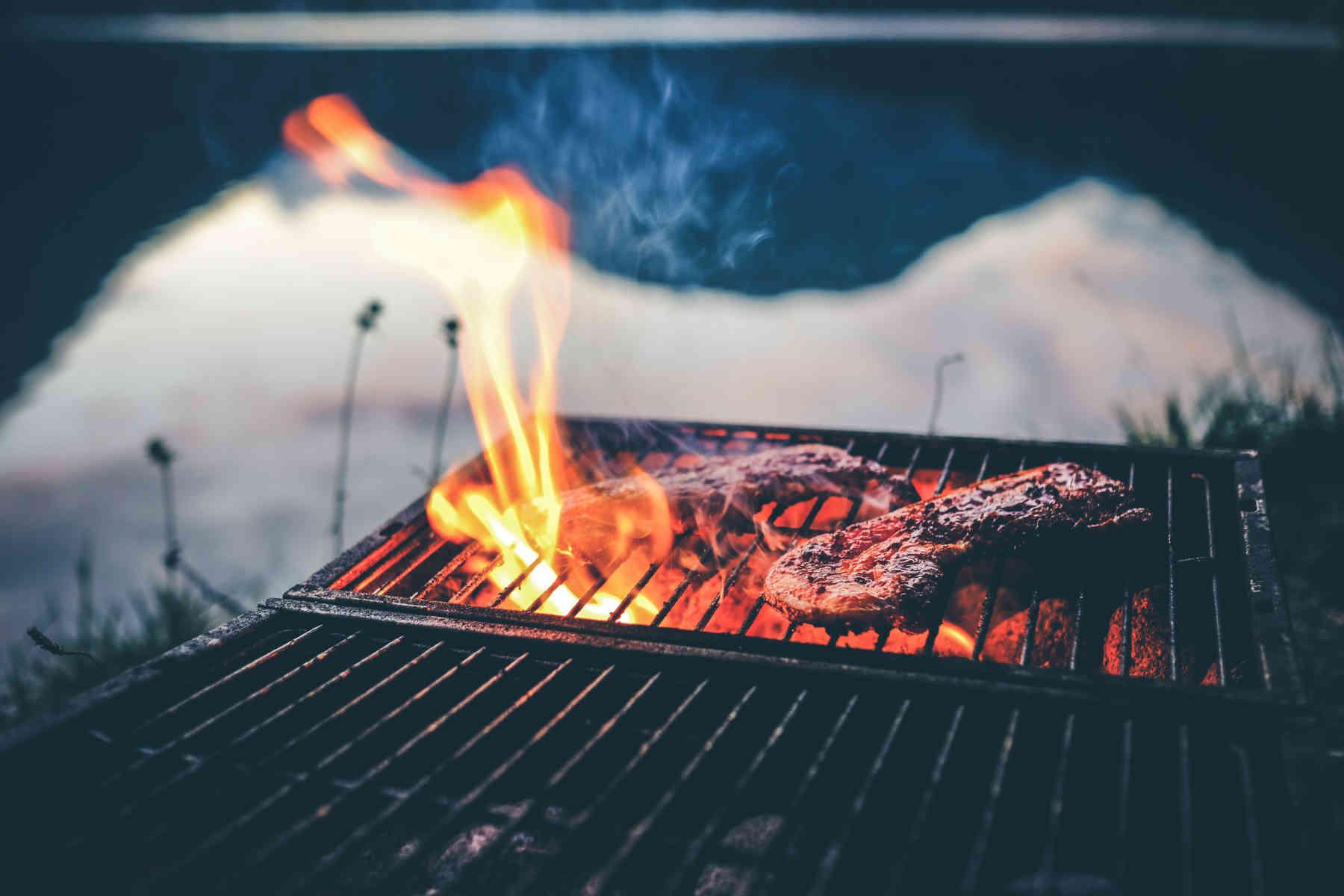 Griller ou cuire à haute température la viande et le poisson augmente le risque d'hypertension artérielle