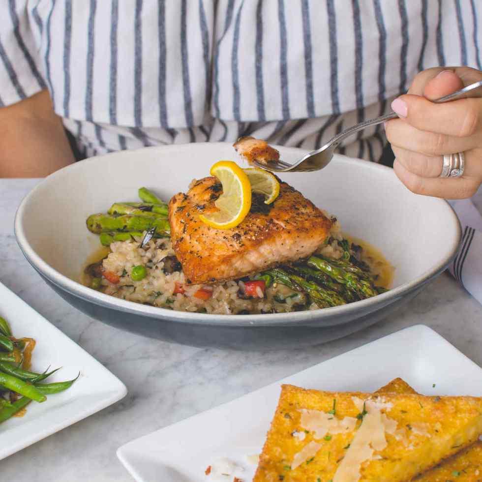 Une alimentation riche en poisson et en légumineuses peut aider à retarder la ménopause