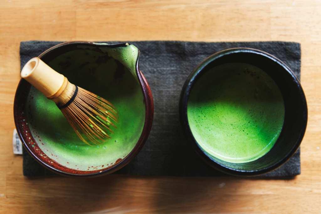 Préparation du thé vert matcha