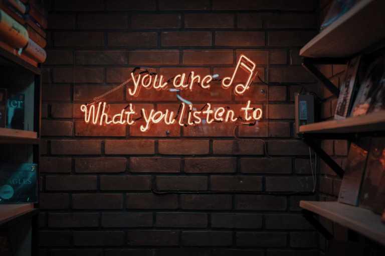 Influence de nos souvenirs sur nos réponses émotionnelles induites par la musique et les images