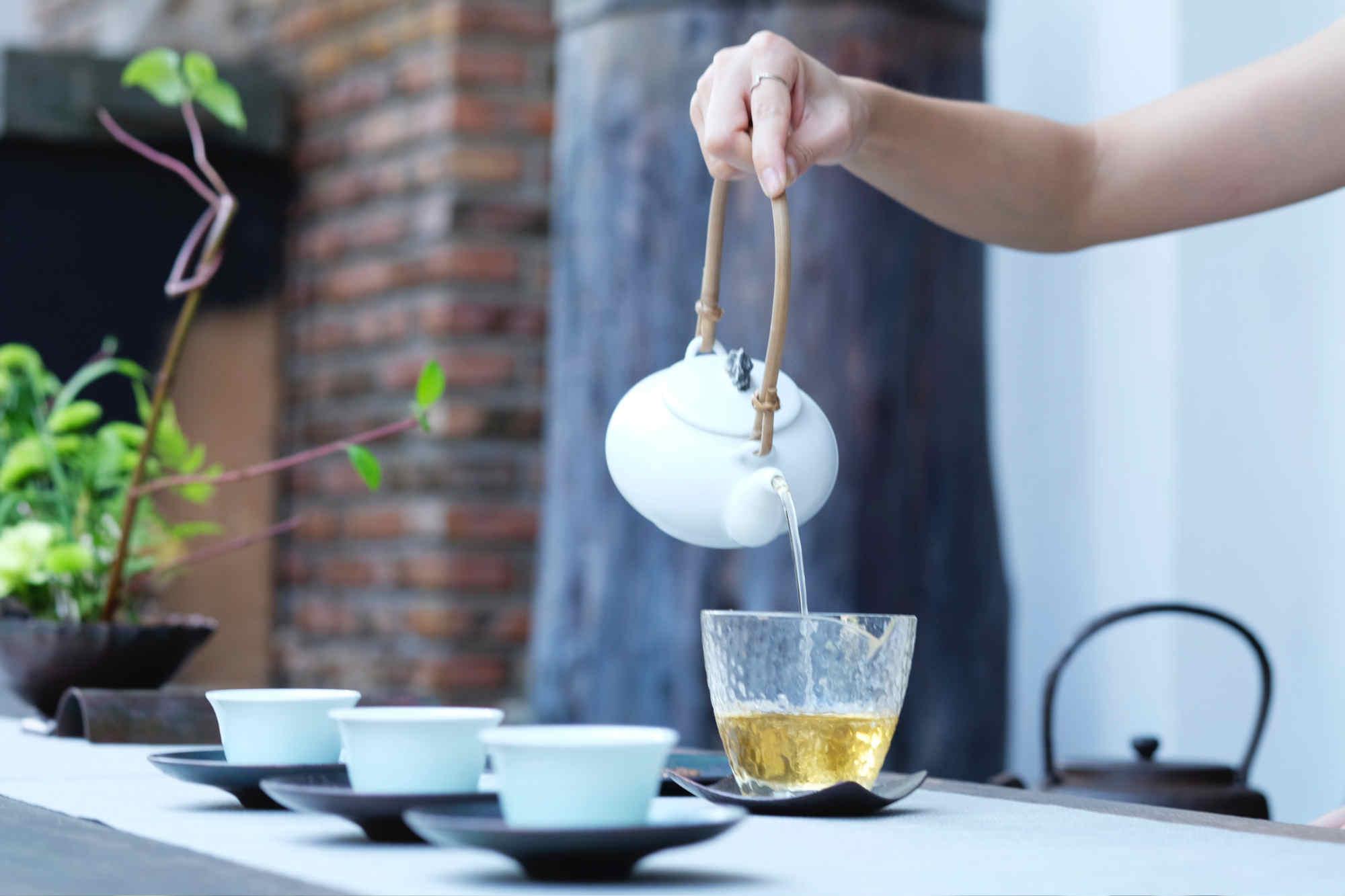 Les bienfaits du thé vert, du matcha et du thé noir varient selon le type d'eau utilisé
