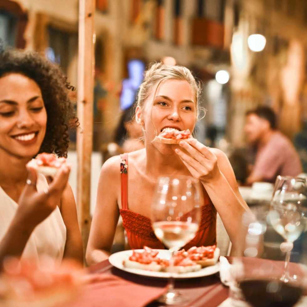 Pourquoi les gens mangent plus lors de dîners entre amis ou en famille ?