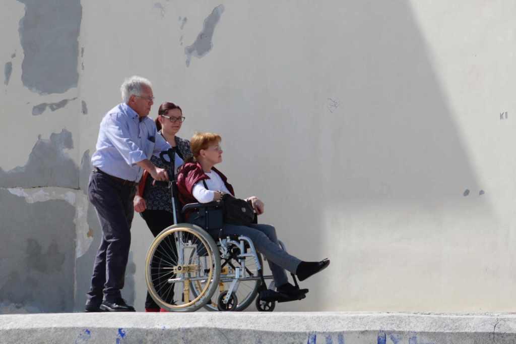 Aide à la personne pour cause de mobilité réduite.