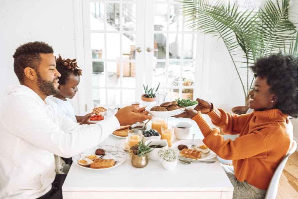 Apprentissage autour d'un repas en famille.