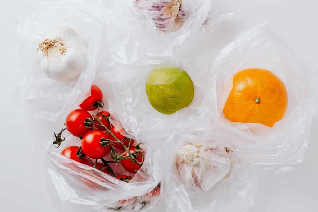 Fruits et légumes entourés de sac plastifiés.